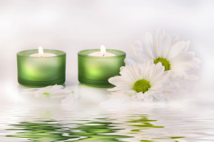 60598-brandende-kaarsen-in-water-vergezeld-door-een-witte-bloem
